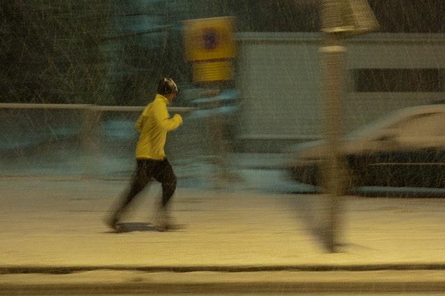 homme qui court dans une tempete de neige