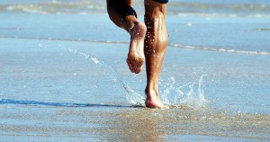 Courir pieds nus et attaquer avec le talon?