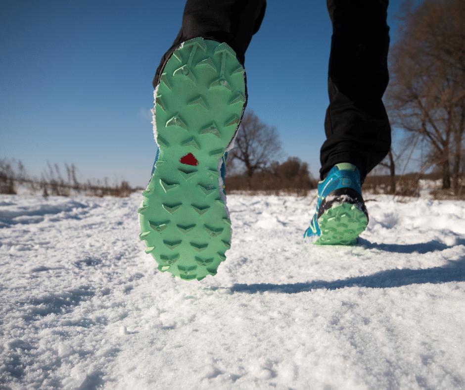 une bonne chaussure d'hiver avec des crampons espacés